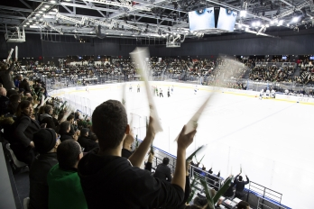 Grande patinoire d'Aren'Ice pendant un matche de hockey