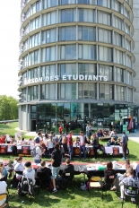 Stands d'associations étudiantes devant la Maison des étudiants de l'Université de Cergy-Pontoise